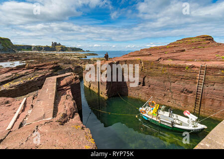 The tiny harbour at the Gegan rocks, Seacliffe Beach near Tantallon Castle.  Near North Berwick, East Lothian, Scotland, UK - Stock Image