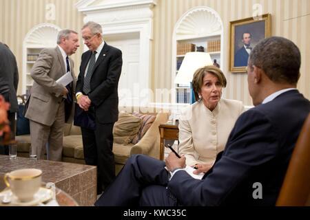 President Obama talks with House Minority Leader Nancy Pelosi, July 11, 2012. At left, Senate Majority Whip Dick - Stock Image