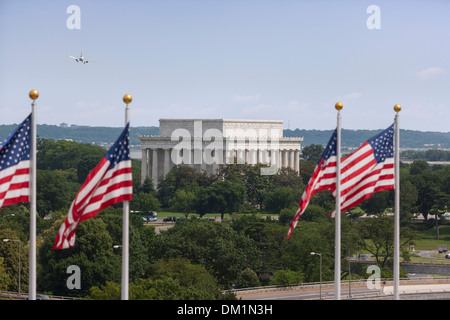 The Lincoln Memorial and US flags as seen from the Kennedy Center for the Performing Arts. - Stock Image