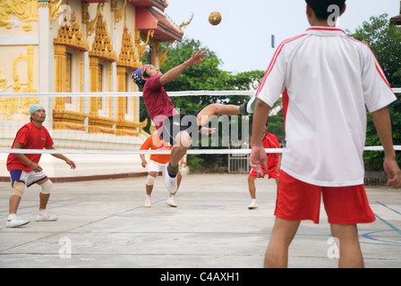 Thailand, Sakhon Nakhon, Sakhon Nakhon.  Locals playing the sport of sepak takraw. - Stock Image