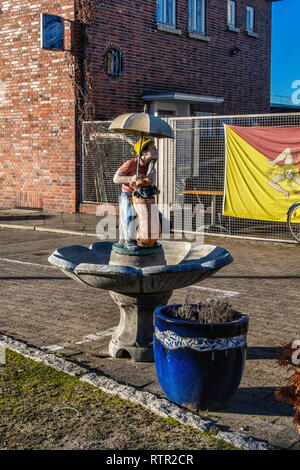 Berlin Wilmersdorf. Amusing water feature with golf caddy & umbrella outside Taormina Pizza restaurant in Forckenbeckstrasse - Stock Image