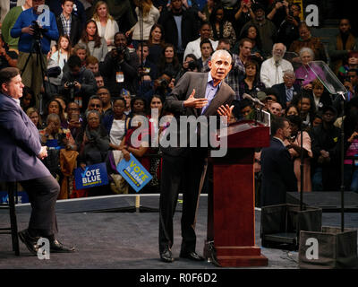 Chicago, Illinois, USA. 4th November 2018. Former President Barack Obama addresses the crowd at today's rally as gubernatorial candidate JB Pritzker looks on. The rally at UIC was a final push preceding the upcoming midterm general election this Tuesday, which many expect will be a wave election in favor of the Democrats. Credit: Todd Bannor/Alamy Live News - Stock Image
