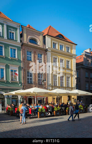 Poznan square, view of people sitting at a street cafe in the Market Square (Stary Rynek) in Poznan Old Town, Poland. - Stock Image