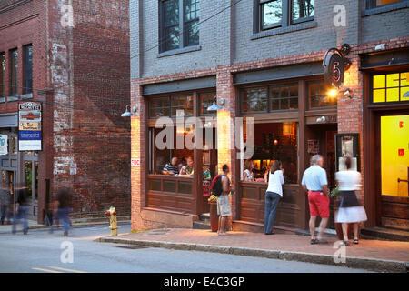 Asheville, North Carolina. People outside 5 Walnut Wine bar. - Stock Image