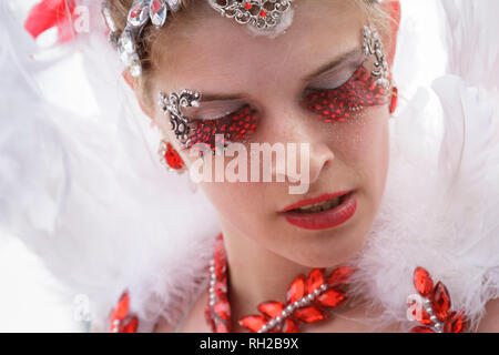 Samba woman in red and white feathered costume - D'Artagnan e os Tres Mosqueteiros - samba band Real Imperatriz - Mealhada Carnaval parade - Portugal - Stock Image