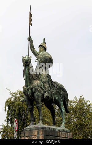 Porto, Portugal, August 15, 2017: Bronze equestrian statue of Vimara Peres, 9th century nobleman, the first ruler - Stock Image