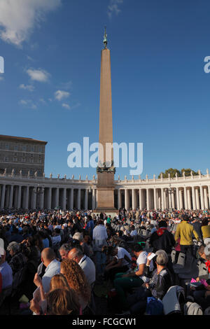 Vatican City. 3rd Oct., 2015. Waiting for the preach of the pope Francis before the Synod on the family, St. Peter's - Stock Image