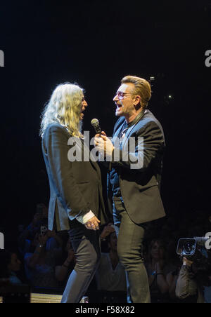 London, UK. 29th October, 2015.  U2 with guest Patti Smith at London O2 on the Innocence and Experience tour Credit: - Stock Image