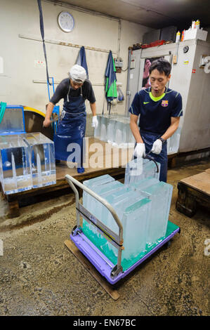 Ice cutters at work, Japan. Some jobs are still done the traditional, labour-intensive way. Manual labour. Japanese. - Stock Image