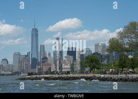 Lower Manhattan and Governors Island as seen from New York harbor's Upper Bay. - Stock Image