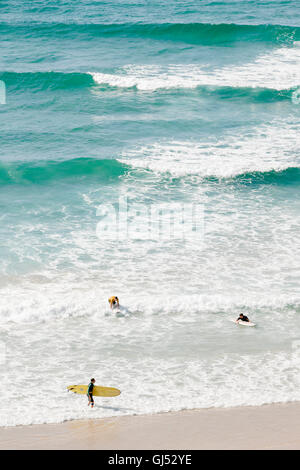 People surfing at Wategos Beach in Byron Bay. - Stock Image