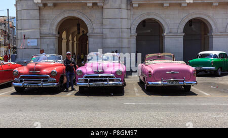 Classic American cars in line waiting for taxi customers in Havana, Cuba - Stock Image