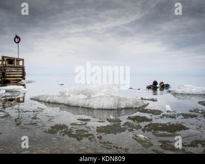 LYSTVIANKA, RUSSIE, MAI 15 : Les plongeurs ne sont pas rares dans le lac Baikal, il est le plus profond du monde - Stock Image