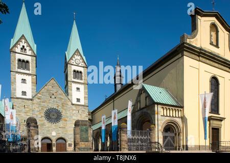 Deutschland, Nordrhein-Westfalen, Werl, Wallfahrtsbasilika Mariä Heimsuchung und die Alte Wallfahrtskirche (rechts) - Stock Image