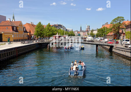 Electric Goboat picnic tour boats in Frederiksholm Canal in Copenhagen, Denmark. Pedestrian bridge and further away the Prince's Bridge, Prinsens Bro. - Stock Image
