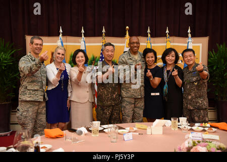 Lt. Gen. Kenneth Wilsbach, Seventh Air Force commander, Gen. CQ Brown, Jr., Pacific Air Forces commander, Gen. Wang Keun Lee, Republic of Korea Air Force chief of staff, Lt. Gen. Seong-yong lee, ROKAF vice chief of staff, and their spouses pose for a photo at a dinner at the ROKAF headquarters, Gyeryongdae, ROK, August 28, 2018.  Lee hosted the dinner to welcome the new commanders and their spouses to South Korea. (U.S. Air Force photo by Airman 1st Class Ilyana Escalona) - Stock Image