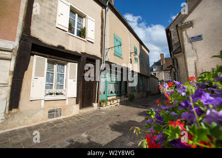 Chateaudun, France. Picturesque summer view of the medieval upper town of Chateaudun, at the Rue du Chateau. - Stock Image