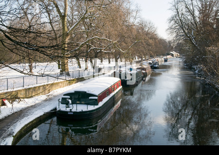 UK.Barges covered in snow by the Regent's Canal in Victoria Park, London Photo Julio Etchart - Stock Image