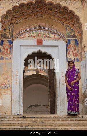 Indian woman at entrance to a temple. Mandawa, Shekawati region, Rajasthan India - Stock Image