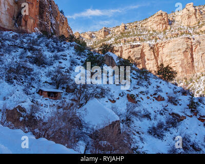 The mile and a half rest shelter on the Bright Angel Trail. Getting down was pretty quick. Back up, not so much. - Stock Image