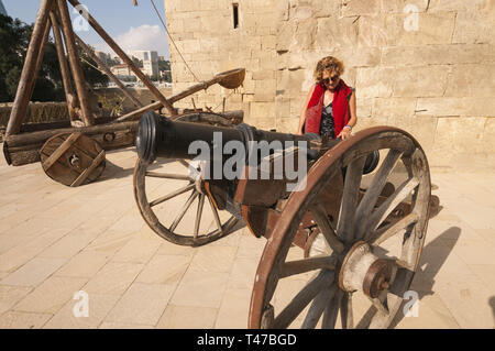 Azerbaijan, Baku, Old City (Icari Seher),  Palace of the Shirvanshahs, 15th c, woman with cannon - Stock Image
