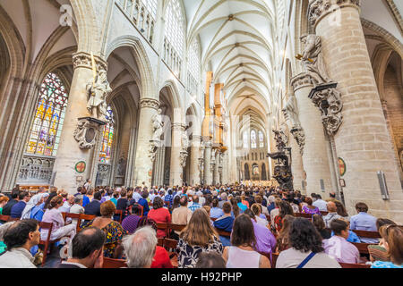 PEOPLE AT THE CATHEDRAL OF ST. MICHAEL AND ST. GUDULA, CATHEDRALE SAINT-MICHEL, GOTHIC STYLE, CITY, BRUSSELS, BELGIUM - Stock Image