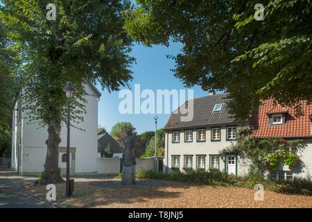 Deutschland, Nordrhein-Westfalen, Werl, Kirchplatz mit Walburga-Statue, im Hintergrund links das Walburgahaus - Stock Image