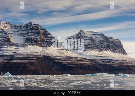 Greenland. Scoresby Sund. Gasefjord. Brash ice and mountains. - Stock Image