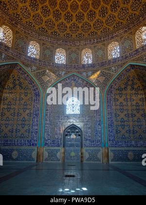 Intricate tiled patterns on the dome of the Sheikh Lotfollah Mosque, Isfahan, Iran - Stock Image