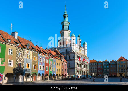 Poznan Poland, view across the Market Square (Stary Rynek) in Poznan with the Fish Sellers' Houses (left) and the Renaissance Town Hall, Poland - Stock Image