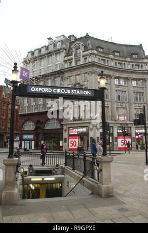 London, UK. 25th Dec, 2018: Streets in the City of London were virtually empty on Christmas day with no public transport running. Some parts of the city experienced dense fog which is expected to linger for the rest of the week. Credit: David Mbiyu/Alamy Live News - Stock Image