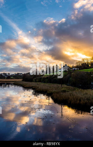 Ardara, County Donegal, Ireland. 8th January 2019. The sun rises over coastal cottages on a mild, calm day. Credit: Richard Wayman/Alamy Live News - Stock Image