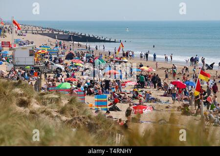 Camber, East Sussex, UK. 19th Apr, 2019. A hot and sunny start to the bank holiday weather on the South East coast with temperatures expected to exceed 24c in some parts of the country. Camber Sands in East Sussex is packed full of people making the most of the lovely day. Packed beach, busy. Credit: Paul Lawrenson 2019, Photo Credit: Paul Lawrenson/Alamy Live News - Stock Image