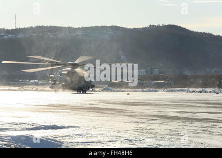 A CH-53E Super Stallion makes its way down the flight line at Vaernes, Norway, Feb. 22, 2016, as 2nd Marine Expeditionary - Stock Image