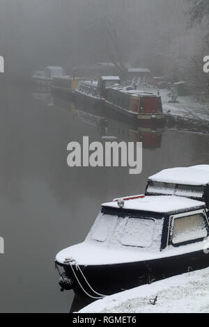 Crooke, Greater Manchester. 30th January 2019. A light covering of snow fell over North West England over night into 30.1.19. The boats moored in the former mining village of Crooke near Wigan in Greater Manchester got a covering, while the canal didn't freeze the morning remained foggy and misty. Credit: Colin Wareing/Alamy Live News Cw 6581 - Stock Image