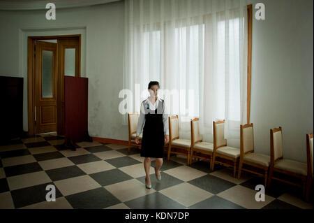 Une serveuse dans un grand hôtel sur la mer du Japon le 13 octobre 2012. A waitress in a large hotel on the - Stock Image