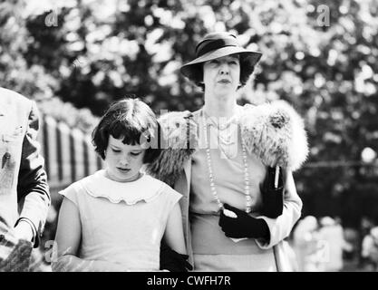 Gloria Vanderbilt & Mrs Harry Payne Whitney (Gertrude Vanderbilt Whitney, Gloria's aunt), at the Green Tree - Stock Image
