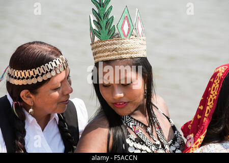 Palmas, Tocantins State, Brazil. 29th October, 2015. Two indigenous contestants from Latin America share a quiet - Stock Image