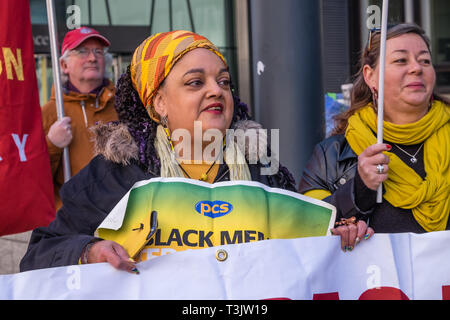 London, UK. 10th April 2019. Campaigners at the government department for Business, Energy and Industrial Strategy (BEIS) , including Zita Holbourne of PCS and BARAC, show solidarity with catering workers at the end of their three day strike for a living wage and decent terms and conditions. The workers are on poverty pay, outsourced by BEIS to Ararmark who have responded with threats of redundancies. Credit: Peter Marshall/Alamy Live News - Stock Image
