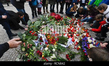 Prague, Czech Republic. 16th Jan, 2019. People light candles at the memorial plaque to Jan Palach in the pavement on the Wenceslas Square in Prague, Czech Republic, on January 16, 2019. Palach, a student of the Charles University's Faculty of Arts, set himself on fire in Prague on January 16, 1969 in protest against people's growing lethargy following the August 21, 1968 Soviet-led invasion of Czechoslovakia. He died of fatal burns three days later, aged 20. Credit: Michal Kamaryt/CTK Photo/Alamy Live News - Stock Image