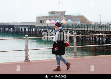 Hastings, East Sussex, UK. 05 Jan, 2019. UK Weather: A chilly start to the morning on the seafront promenade in Hastings, East Sussex as this woman wraps up warm against the cold weather. © Paul Lawrenson 2018, Photo Credit: Paul Lawrenson / Alamy Live News - Stock Image