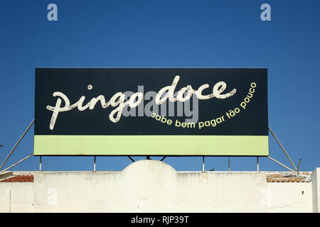 Portugues Grocery Supermarket Chain Store Pingo Doce Sign Logo On Top Of Their Supermarket In Albufeira Portugal - Stock Image