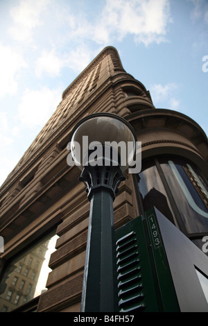 Low angle view of a subway station entrance and the Flatiron Building, New York, NY, USA - Stock Image