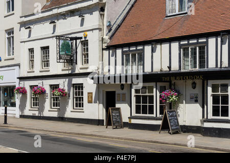 The Brave Old Oak, a traditional pub in the centre of the market town of Towcester, Northamptonshire, UK; parts of the pub date back 300 years. - Stock Image