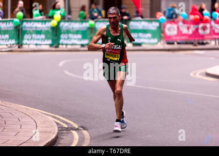 Manuel Mendes running for Portugal, in the 2019 London Marathon. Manuel went on to finish 4th in the T45/46 Category, in a time of 02:36:34 - Stock Image