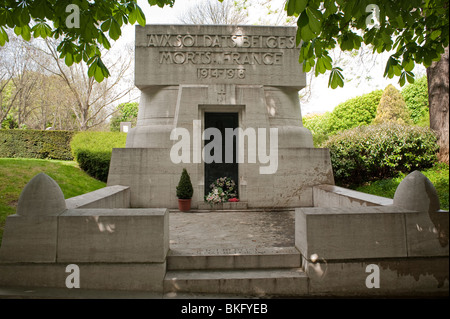 Tomb in Pere Lachaise Cemetery, Paris France - Stock Image