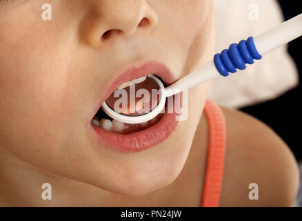 Six year old girl having teeth examined by dentist - Stock Image