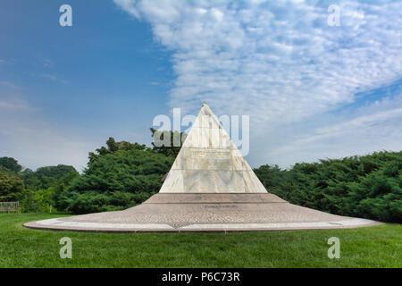 The pyramid-shaped US Coast Guard Memorial at Arlington National Cemetery, Washington, District of Columbia, USA - Stock Image