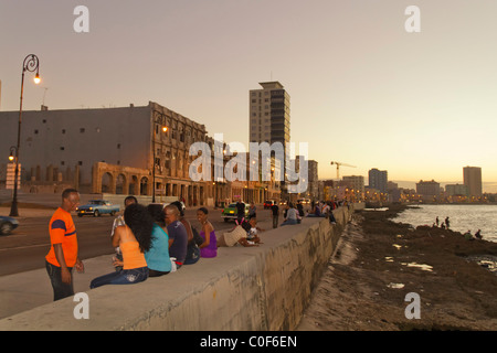 Malecon Promenade at sunset, Havanna Vieja, Cuba - Stock Image