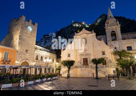 TAORMINA, ITALY - APRIL 9, 2018: The square Piazza IX Aprile and St. Joseph church at dusk. - Stock Image